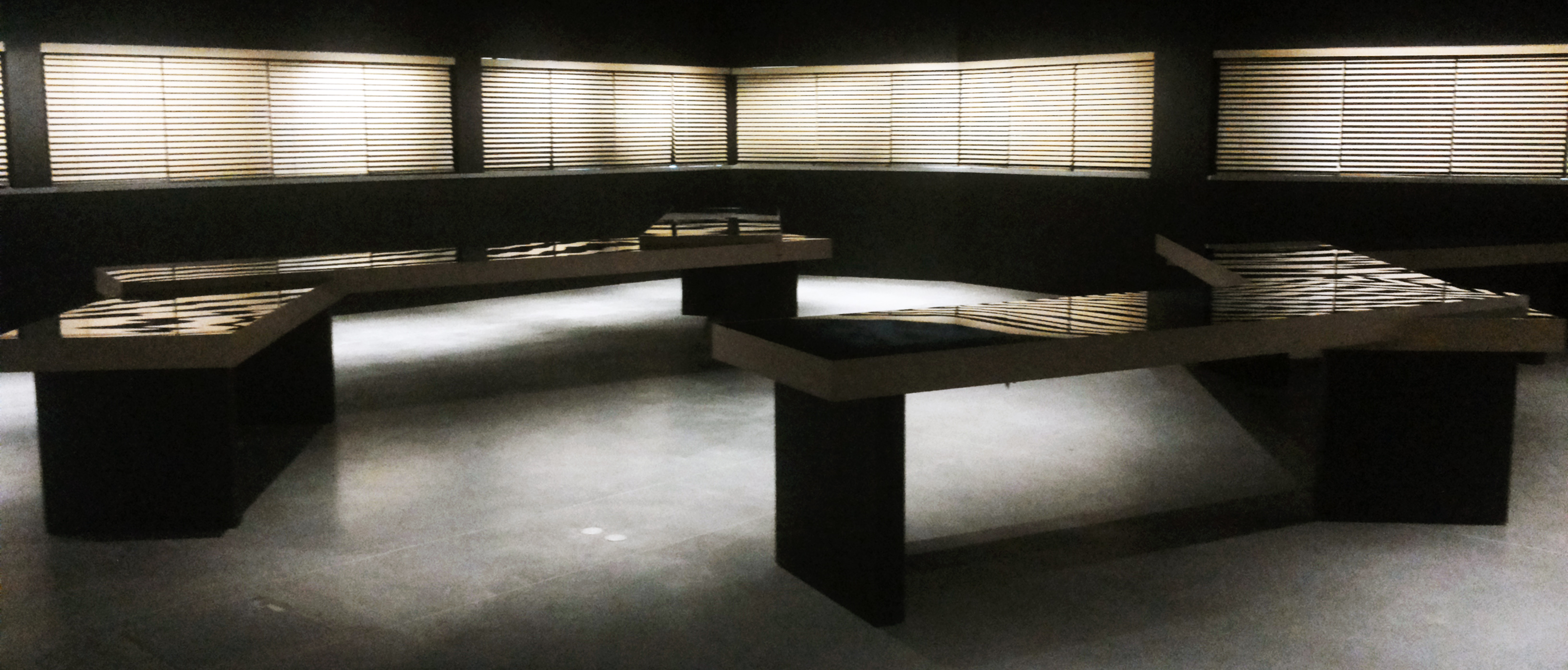 Per i quarant anni di moda armani armani silos ennezerotre - Tavoli interattivi ...